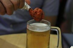 Cerveja e galinha Imagens de Stock