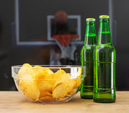 Cerveja e microplaquetas fotografia de stock