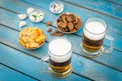 Cerveja e peixes Fotos de Stock
