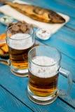 Cerveja e peixes Fotos de Stock Royalty Free