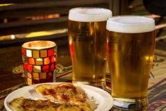 Cerveja e pizza Foto de Stock Royalty Free