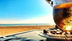 Cerveja e tapa espanhol na frente da praia fotografia de stock royalty free