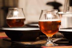 Cerveja em Scooners na tabela imagem de stock
