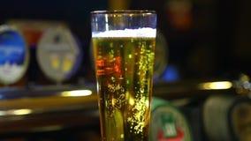 Cerveja em um vidro filme