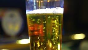 Cerveja em um vidro vídeos de arquivo