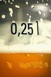 Cerveja em um vidro com uma marca Imagens de Stock