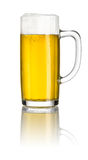 Cerveja em uma caneca de cerveja imagens de stock