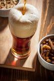 Cerveja escura com petiscos Imagens de Stock Royalty Free
