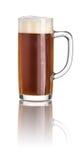 Cerveja escura em uma caneca de cerveja imagem de stock
