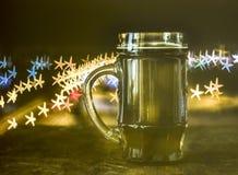 Cerveja escura, fundo borrado, estrelas do bokeh fotos de stock