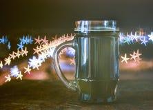 Cerveja escura, fundo borrado, estrelas do bokeh imagens de stock royalty free