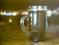 Cerveja escura, fundo borrado, estrelas do bokeh imagem de stock
