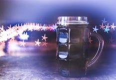 Cerveja escura, fundo borrado, estrelas do bokeh imagem de stock royalty free