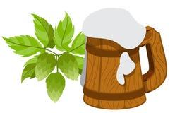 Cerveja espumosa da caneca, ramo dos lúpulos Imagem de Stock Royalty Free