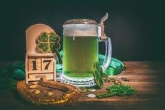 Cerveja, ferradura e trevos verdes Fotos de Stock Royalty Free
