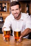 Cerveja fresca e fria para você! imagens de stock royalty free