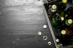 Cerveja fresca em uma caixa velha fotos de stock