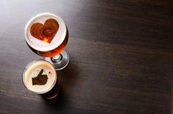 Cerveja fresca loving Fotos de Stock