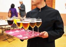 Cerveja fria e refrescos, barman, serviço de abastecimento Imagens de Stock