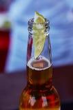 Cerveja gelado em uma garrafa com cal da cunha imagem de stock