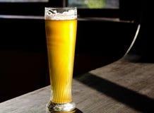 Cerveja gelado no vidro alto clássico Fotos de Stock