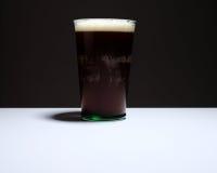 Cerveja inglesa de Bélgica na tabela Imagens de Stock Royalty Free