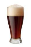 Cerveja inglesa escura isolada com trajeto de grampeamento Fotografia de Stock Royalty Free