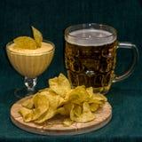 Cerveja, microplaquetas e o molho Fotos de Stock Royalty Free
