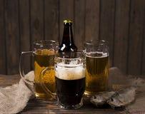 Cerveja na tabela de madeira velha rústica Foto de Stock Royalty Free
