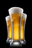 Cerveja no vidro isolado no preto Imagens de Stock