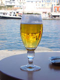 Cerveja pelo mar Imagem de Stock