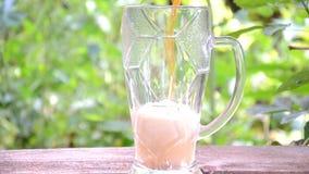 Cerveja preta na cerveja de madeira do preto do fundo no fundo de madeira um vidro da cerveja escura em uma tabela de madeira no video estoque