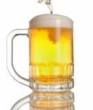 Cerveja que derrama na caneca Imagem de Stock Royalty Free