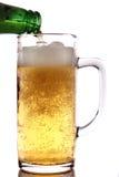 Cerveja que derrama na caneca de vidro Imagem de Stock