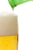 cerveja que derrama no vidro Foto de Stock