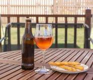 Cerveja Rose Wine & varas de pão Imagem de Stock