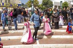 Cerveja-Sheva, ISRAEL - 5 de março de 2015: Adultos e crianças em trajes nas ruas - Purim do carnaval Imagens de Stock