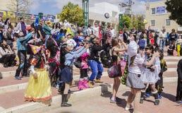 Cerveja-Sheva, ISRAEL - 5 de março de 2015: As crianças em trajes do carnaval travam os presentes na festa de Purim- Imagens de Stock