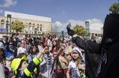 Cerveja-Sheva, ISRAEL - 5 de março de 2015: As crianças em trajes do carnaval travam os presentes na festa de Purim Fotos de Stock Royalty Free