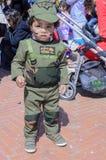 Cerveja-Sheva, ISRAEL - 5 de março de 2015: Criança do bebê de um ano no traje de um soldado israelita Golani - Purim mim Fotos de Stock