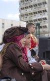 Cerveja-Sheva, ISRAEL - 5 de março de 2015: Desempenho no fundo da construção - Purim da rua do relógio das crianças mim Fotografia de Stock Royalty Free