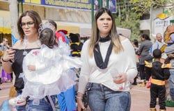 Cerveja-Sheva, ISRAEL - 5 de março de 2015: Duas jovens mulheres com um bebê em um vestido branco de um lado Purim Fotos de Stock