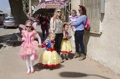 Cerveja-Sheva, ISRAEL - 5 de março de 2015: Duas mulheres e três meninas em trajes do carnaval em uma rua da cidade - na cidade d Foto de Stock