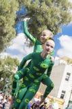 Cerveja-Sheva, ISRAEL - 5 de março de 2015: Ginasta de duas meninas contra o céu e a árvore Fotografia de Stock Royalty Free