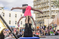 Cerveja-Sheva, ISRAEL - 5 de março de 2015: Menina-acrobata na posição da cabeça-para baixo - Purim Imagem de Stock Royalty Free