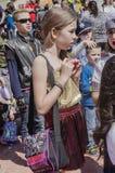 Cerveja-Sheva, ISRAEL - 5 de março de 2015: Menina com uma bolsa feito a mão e o menino no fundo em uma multidão de crianças Imagem de Stock Royalty Free