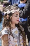 Cerveja-Sheva, ISRAEL - 5 de março de 2015: Menina com uma grinalda branca de flores artificiais no cabelo longo Purim Imagens de Stock