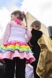 Cerveja-Sheva, ISRAEL - 5 de março de 2015: A menina em um vestido cor-de-rosa com plissados coloridos e o menino no preto estão  Imagem de Stock