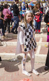 Cerveja-Sheva, ISRAEL - 5 de março de 2015: Menina no cartão do traje da rainha com uma coroa na rua - Purim Fotografia de Stock
