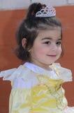 Cerveja-Sheva, ISRAEL - 5 de março de 2015: A menina no vestido - amarele com coroa - de Purim pálido Fotografia de Stock